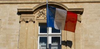 Beauvau - Fenêtre et drapeau Français