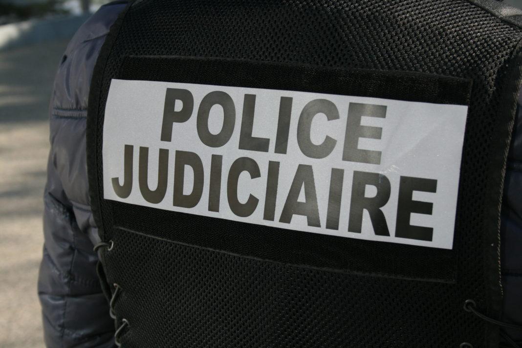Policer de la police judiciaire de dos