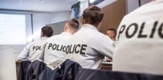 Policiers côtes à côtes en chemise dans une classe d'étude